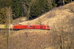 Австрийский поезд железных дорог OBB в природе Стоковые Фото