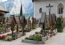 Австрийское кладбище Hallstatt деревни на заходе солнца Стоковые Изображения