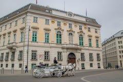 Австрийское федеральное ведомство канцлера на Ballhausplatz в вене, Австрии стоковое изображение
