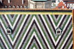 Австрия, вена, городской пейзаж столицы, крыла крышу черепицей с картиной собора ` s St Stephen стоковое фото