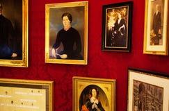 Австрия, Вена 18-ое февраля 2014: Кафе Sacher гостиницы Много изображения на стене Стоковое Изображение