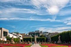 Австрия, Зальцбург, 28-ое августа 2012 Красивый вид крепости от парка Mirabell исторического в дне лета солнечном Стоковые Фотографии RF