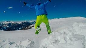 Австрия - Mölltaler Gletscher, человек скача I снег стоковые изображения rf