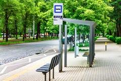 Автобусная остановка города, опорожняет стоп с знаками, общественный транспорт стоковое фото rf