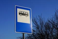 Автобусная остановка дорожного знака на предпосылке голубого неба стоковые изображения