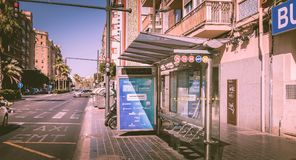 Автобусная остановка компании EMT в улице Стоковые Изображения