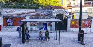 Автобусная остановка на школе в Лиссабоне - ЛИССАБОНЕ - ПОРТУГАЛИИ - 17-ое июня 2017 стоковые фото