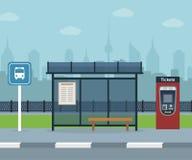 Автобусная остановка с предпосылкой города стоковые фотографии rf