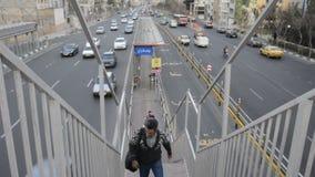 Автобусная станция, люди используя ЯРКИЕ шины для путешествовать в Тегеране видеоматериал