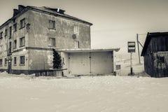 Автобусная станция с елью Нового Года и дом в Teriberka, области Мурманска, России Стоковые Фото