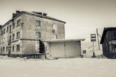 Автобусная станция с елью Нового Года и дом в Teriberka, области Мурманска, России Стоковое фото RF