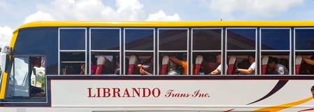 Автобус груженый с головами туристов для городка Oslob Visayas Филиппин стоковые изображения rf