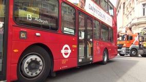 Автобус двойной палуба красный в движении варенья на толпить улице в Лондоне к центру города