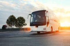 Автобус припаркованный на дороге стоковые фотографии rf