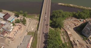 Автодорожный мост взгляд сверху над рекой Дорога шоссе над рекой Стечение 2 рек сток-видео