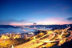 Автодорожный мост движения на ноче стоковое изображение rf