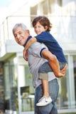 Автожелезнодорожные перевозки нося внука деда Стоковое Изображение