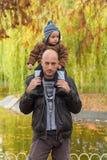 Автожелезнодорожные перевозки нося сына отца стоковая фотография rf