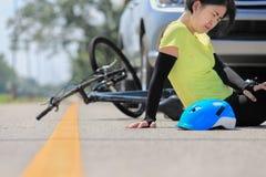 Автокатастрофа аварии с велосипедом на дороге Стоковое фото RF