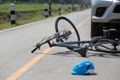 Автокатастрофа аварии с велосипедом на дороге Стоковое Фото