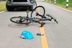 Автокатастрофа аварии с велосипедом на дороге Стоковое Изображение RF