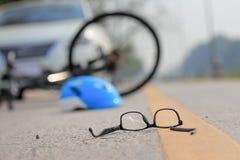 Автокатастрофа аварии с велосипедом на дороге Стоковые Изображения