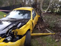 Автокатастрофа аварии afer автомобиля на стороне дороги Tottaly повредило автомобиль разрушил стоковое фото rf