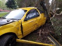 Автокатастрофа автомобиля аварии корабля на стороне дороги Полностью поврежденный автомобиль разрушил стоковые фотографии rf
