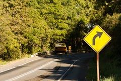 Автокатастрофа в изогнутой дороге с метками скида бесплатная иллюстрация