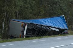 Автокатастрофа грузовика дорожного происшествия на дороге майны шоссе Стоковое фото RF