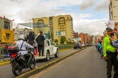 Автоколонна Папы Фрэнсиса управляя через толпы города Стоковые Изображения RF