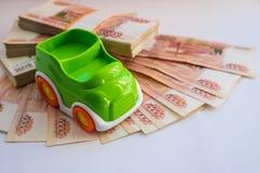 Автокредит концепция сбережений для того чтобы купить деньги автомобиля Миниатюрная модель автомобиля около денег наличных денег, стоковое изображение rf