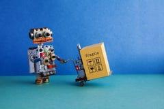 Автоматизация обслуживания поставки робота логистическая Дружелюбная робототехническая игрушка, приведенный в действие jack палле стоковая фотография rf
