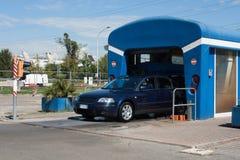 Автоматизированная портальная мойка машин при автомобиль бежать до конца Стоковые Фото