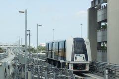Автоматизированное прибытие движенца людей на станцию MIA в Майами, Флориде, США Стоковые Фото