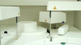 Автоматизируйте испытание химии идущее в лаборатории сток-видео