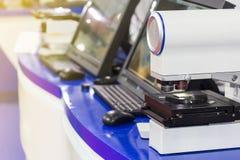 Автоматическая высокая технология и точность 3d измеряя микроскоп лазера с линзами объектива и компьютером на таблице для промышл стоковое изображение rf