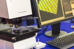 Автоматическая высокая технология и точность 3d измеряя микроскоп лазера с линзами объектива и компьютером на таблице для промышл стоковое фото rf
