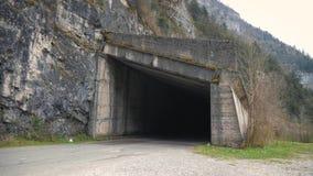 Автоматическая дорога, старый тоннель на горах Вход к тоннелю акции видеоматериалы