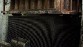 Автоматическая машина прессы металла во время работая процесса на фабрике Процесс части металла производства на прессе видеоматериал
