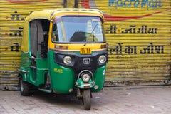Автоматическая рикша ездит на такси на дороге в Нью-Дели, Индии стоковая фотография