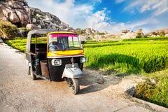 Автоматическая рикша около плантации риса стоковое изображение rf