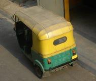 Автоматическая рикша припаркованная на дороге стоковые фото