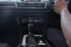 Автоматическая ручка шестерни современного автомобиля, автомобиль Luxery стоковая фотография