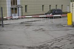 Автоматическая система безопасности доступа входа здания знака автостоянки барьера строба Стоковая Фотография RF
