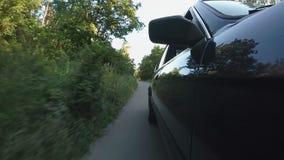 Автоматическая управляя дорога асфальта через лес, достигая пункт назначения, отключение сток-видео
