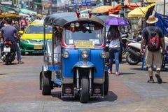 Автоматические рикша или tuk-tuk на улице Бангкока, Таиланда Tuks Tuk обыкновенно использованы в транспортировать людей и товары  Стоковое фото RF