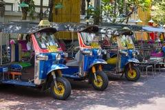 Автоматические рикша или tuk-tuk на улице Бангкока, Таиланда Tuks Tuk обыкновенно использованы в транспортировать людей и товары  Стоковая Фотография