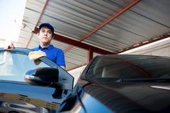 Автоматические уборщицы стоя на автомобильной двери Стоковые Изображения RF
