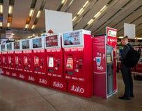 Автоматический автомат билета для итальянского поезда на вокзале Эта машина может также напечатать расписание, билет и стоковое изображение rf